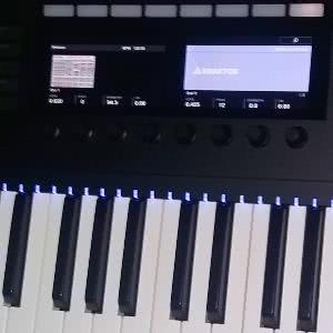 Komplete Kontrol S49, MIDI-koskettimisto.